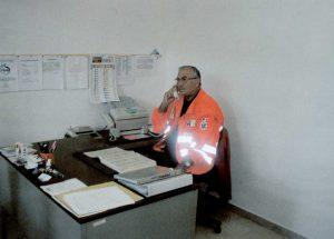 Un volontario del centro riceve una richiesta di assistenza